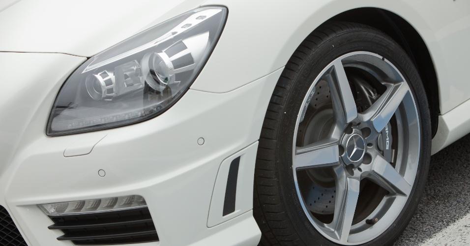 As rodas têm perfil largo, de 235/40 R18 na dianteira e 255/35 R18 na traseira, e podem ser pintadas de preto fosco ou cinza fosco