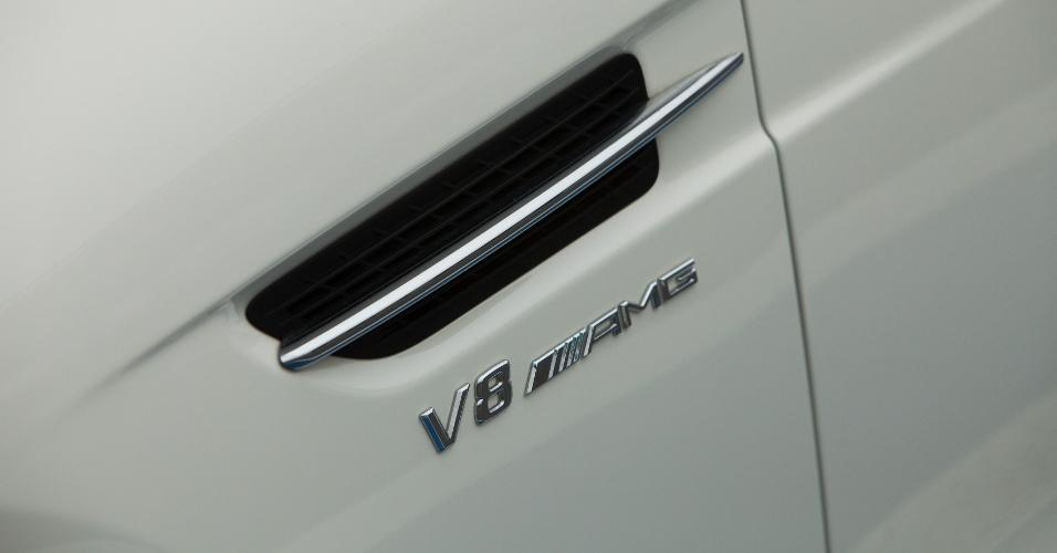 Assim como o BS e o E63 AMG, o SLK 55 também gosta de se exibir: a grafia abaixo da saída de ar revela do que o modelo é capaz