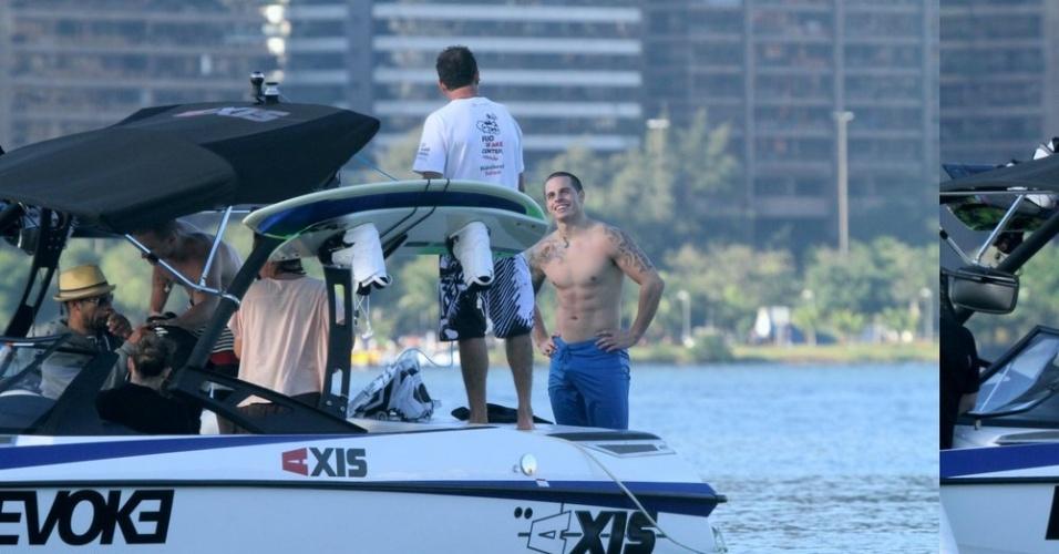 Casper Smart, namorado de Jennifer Lopez, passeou de lancha pela Lagoa, zona sul do Rio (26/6/12)