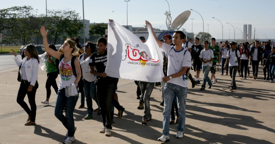 Estudantes protestam em Bras&#237;lia por mais investimento em educa&#231;&#227;o e em apoio a greve dos professores e servidores de universidades federais. A manifesta&#231;&#227;o foi organizada pela UNE (Uni&#227;o Nacional dos Estudantes) e tem como principal reivindica&#231;&#227;o a contrata&#231;&#227;o imediata de professores, a triplica&#231;&#227;o da verba do PNAEs (Plano Nacional de Assist&#234;ncia Estudantil) e a finaliza&#231;&#227;o imediata das obras em andamento nas universidades. Os estudantes tamb&#233;m pedem o investimento de 10% do PIB (Produto Interno Bruto) e 50% do fundo social e dos royalties do pr&#233;-sal para educa&#231;&#227;o
