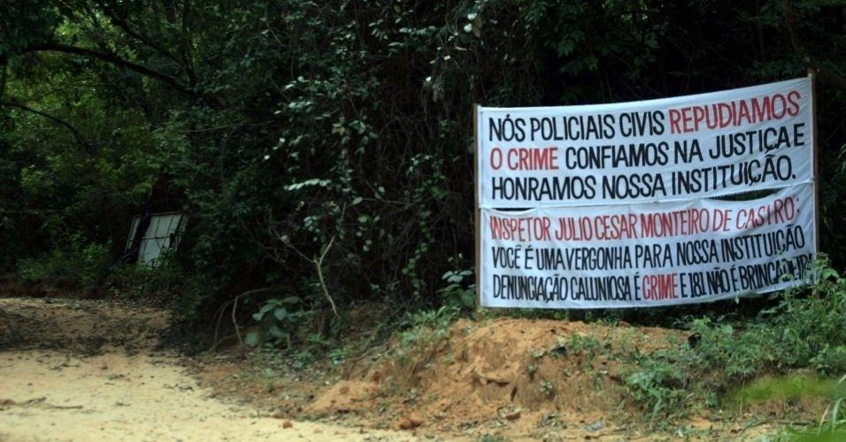 Faixas são colocadas em sítio alugado por Marcos Aparecido dos Santos, o