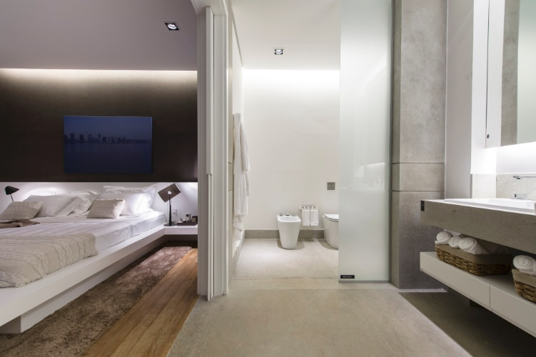 Inspirada no conceito dos lofts urbanos e nos grandes espaços industriais de Nova Iorque, a Garagem Loft, da arquiteta Francisca Reis, tem um banheiro funcional e de design ?clean?. Assim como no restante do ambiente, o banheiro é acessível e amplo