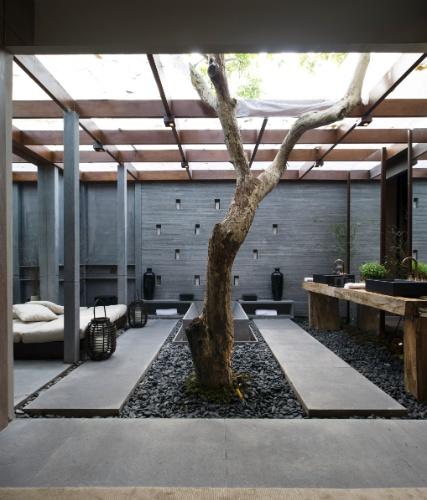 Integrado à suíte máster, o banheiro da Casa do Jatobá, projetada pela arquiteta Débora Aguiar, possui uma árvore em seu interior. Com 300m², a casa é dividida em terraço, living, home-theater, biblioteca com home-office, cozinha gourmet, sala de jantar, suíte máster com closet, banheiro e jardim