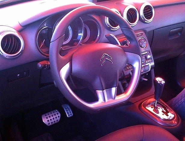 Interior do novo Citroën C3, fotografado em Guaratinguetá (SP), revela borboletas para trocas de marcha atrás do volante, associadas a câmbio automático (a dúvida é de quantas velocidades); volante tem base reta e painel deixa de ser digital, e há pelo menos uma entrada USB frontal