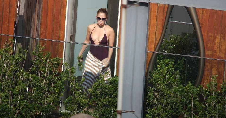 Jennifer Lopez curtiu nesta terça a piscina do hotel Fasano, onde está hospedada, na zona sul do Rio (26/6/12)