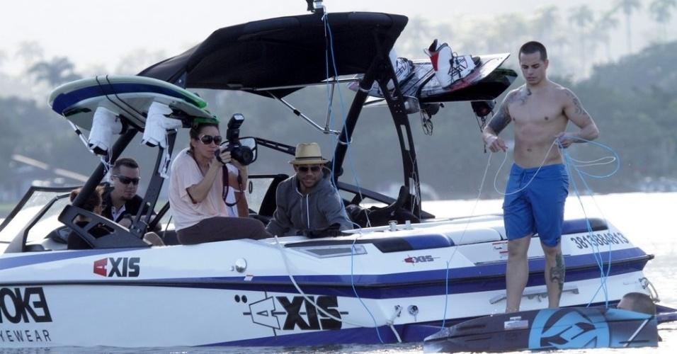 Jennifer Lopez e Casper Smart passeiam de lancha pela Lagoa, zona sul do Rio (26/6/12)