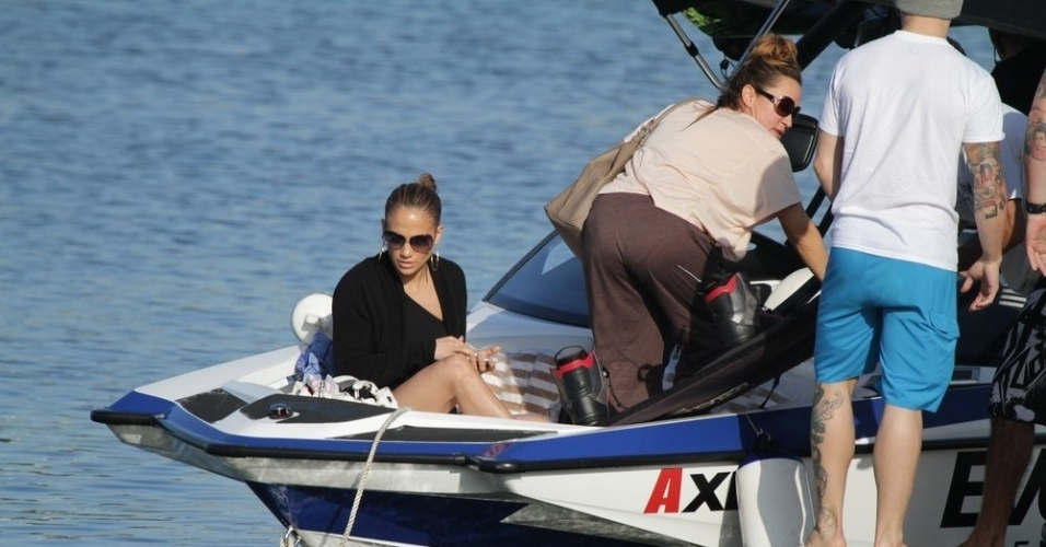 Jennifer Lopez passeou pela Lagoa, zona sul do Rio (26/6/12)