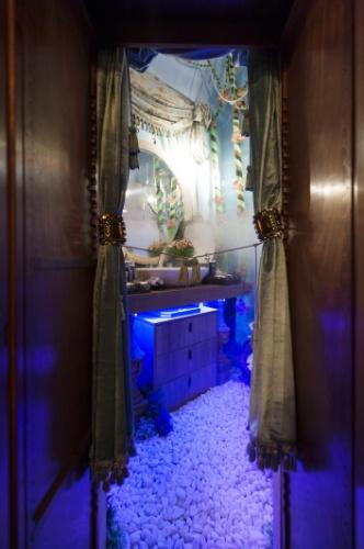 """Na Suíte da Menina, assinada pelo arquiteto Luis Pedro Scalise, um armário com uma """"passagem secreta"""" revela o banheiro. Nele, um ofurô dá um toque a mais à decoração que remete à fantasia, ao lúdico e às épocas céltica e medieval"""