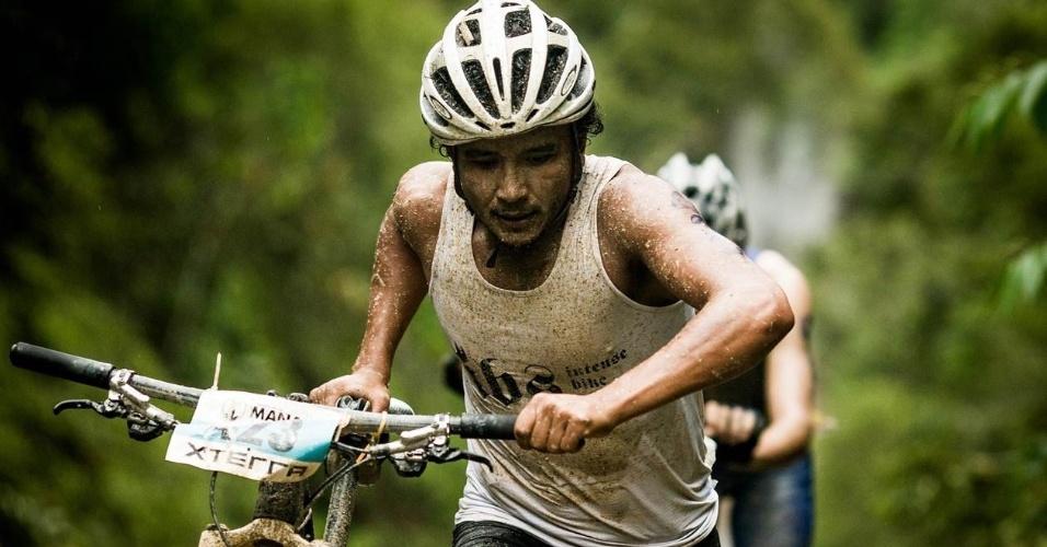 No ciclismo o percurso em mata fechada, estreito e com muita lama atrapalhou Moletta, que caiu da bicicleta
