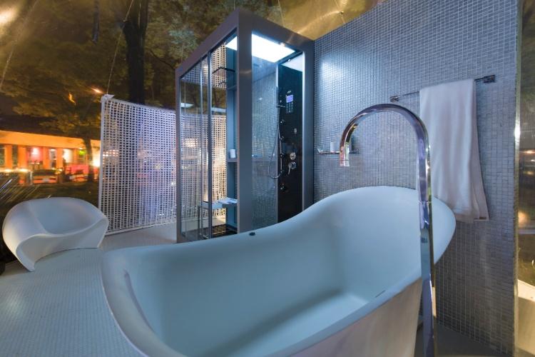 No Loft Bolha, projetado pelo arquiteto e designer Léo Shetman, o banheiro segue a estética minimalista da ?bolha?, baseada nos conceitos de arquitetura efêmera, que se adapta a qualquer ambiente. No elementos estruturais do espaço, predominância do branco como nas louças do banheiro