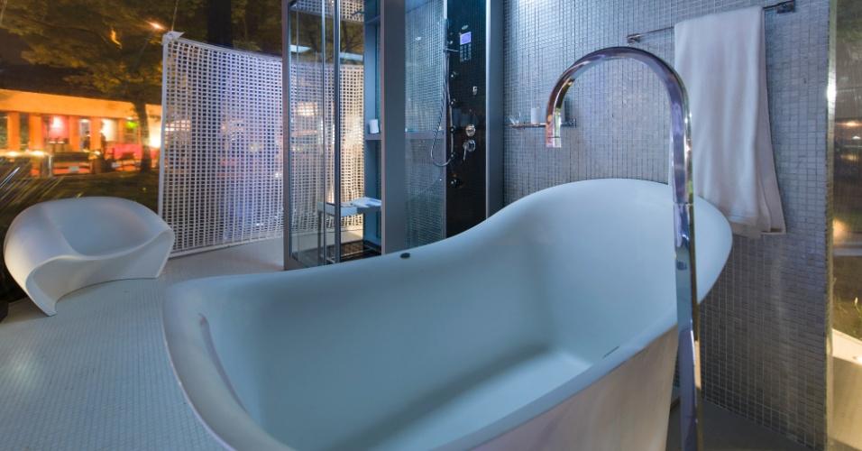 No Loft Bolha, projetado pelo arquiteto e designer Léo Shetman, o banheiro segue a estética minimalista da