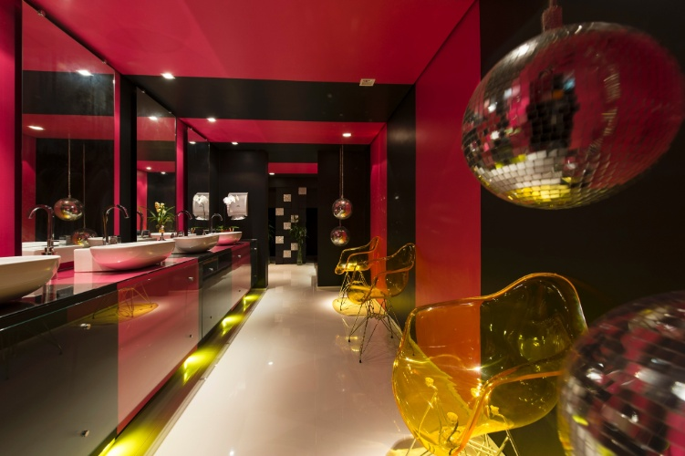 O arquiteto Rafael Del Persio Junior traz as discotecas dos anos 1970 para dentro do Lavabo Social. As referências à moda da década estão nos globos de luz e em nas listras e pontos brilhantes nas paredes dos sanitários feminino e masculino