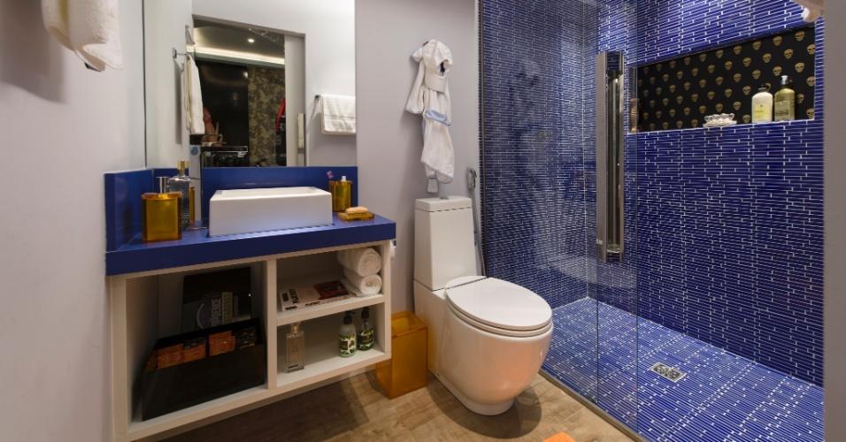 O banheiro da Suíte do Menino, da dupla Gerson Dutra de Sá e Ana Lucia Salama, é moderno e clean. Na porta de correr, o desenho de um jovem skatista. O quarto é um ambiente direcionado para pré-adolescentes que apreciam lutas, música e cinema