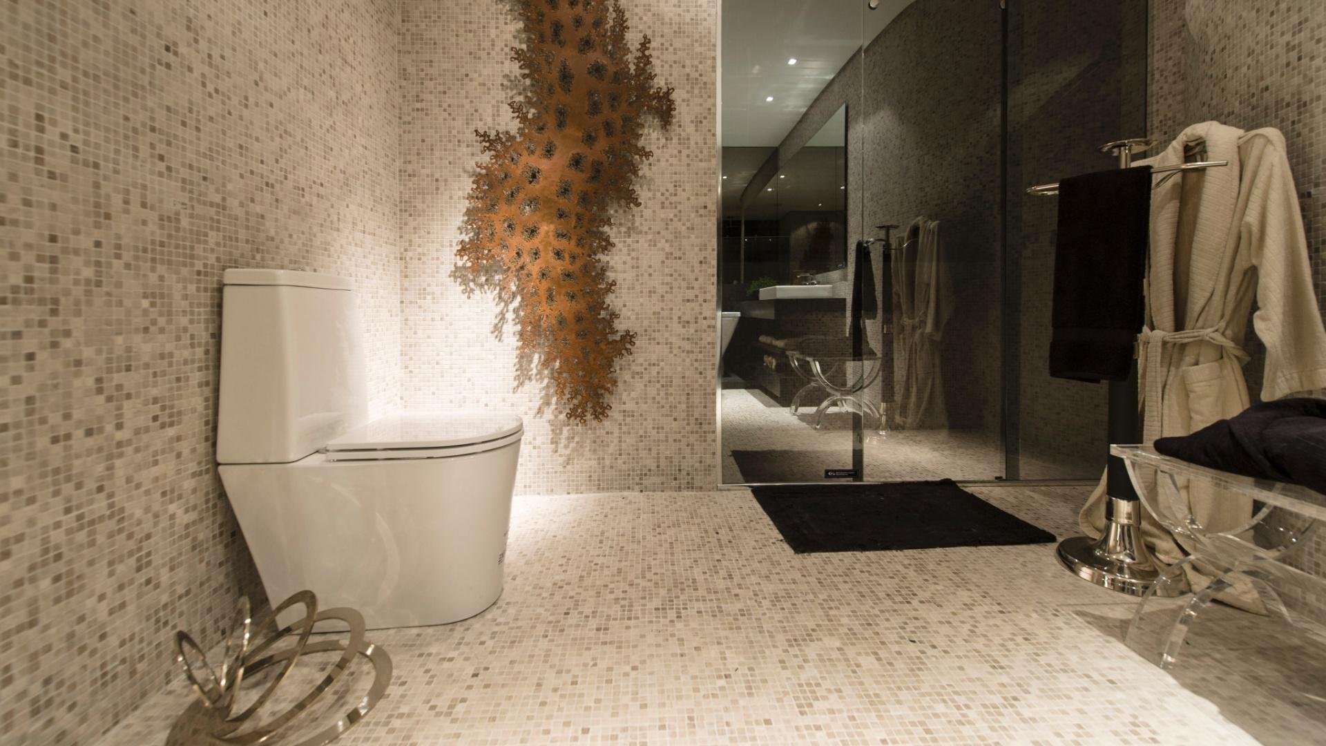 nas paredes e piso o revestimento em pastilhas de marmore com 4 mm de  #946137 1920x1080 Banheiro Com Uma Parede De Pastilha