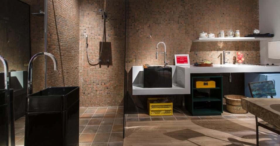 O banheiro do Loft do Artista - projetado pelo arquiteto Samy Dayan e pela designer de interiores Ricky Dayan, é funcional e integrado aos outros ambientes. Revestido com cerâmica ecológica, o cômodo tem um painel espelhado que contribui para a ampliação do loft