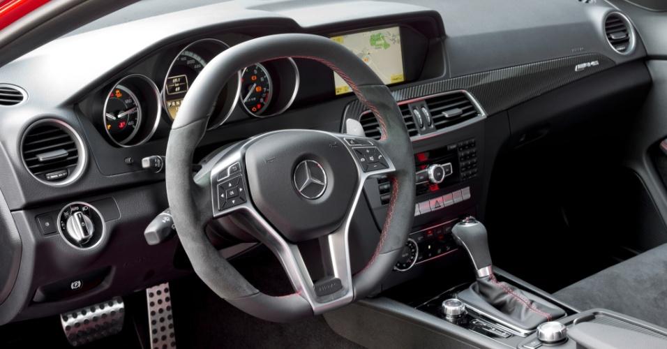 O interior é funcional e tem pegada de carro de corrida; volante tem acabamento em camurça com costuras na cor vermelha
