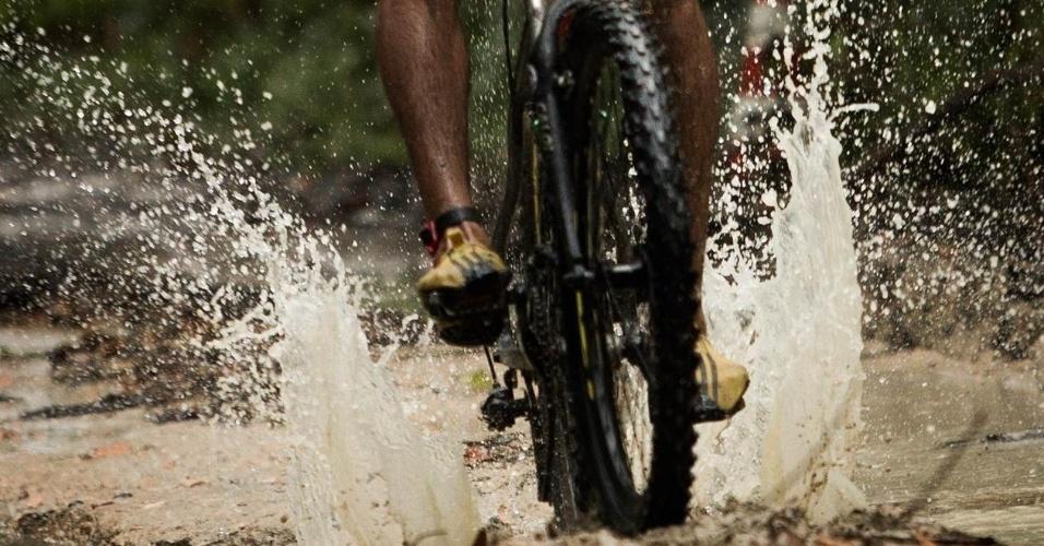 Os atletas encararam 1,5 km de natação, 30 km de ciclismo e 8 km de corrida, além do lamaçal provocado pela forte chuva que caiu durante a prova