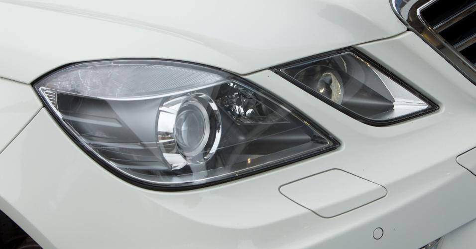 Faróis divididos, marca registrada da nova geração do Classe E, se mantiveram intactos na versão preparada pela AMG