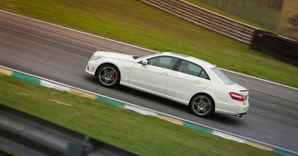 Confortável, o E63 AMG pode ser o carro de executivos que gostem de modelos fortes, espaçosos e que esbanjam status