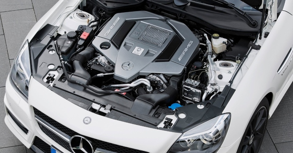V8, o motor do SLK AMG não deve nada a ninguém: são 421 cv e 55,1 kgfm de torque; é possível desativar metade dos cilindros