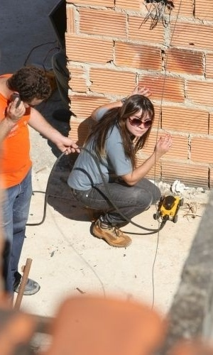 14.jul.2010 - A polícia utiliza um aparelho chamado GPR nas buscas, um radar de penetração que faz um raio-X em materiais como o concreto, e veio do Departamento de Geologia da UFMG (Universidade Federal de Minas Gerais). Três técnicos da universidade auxiliam a manusear o equipamento.