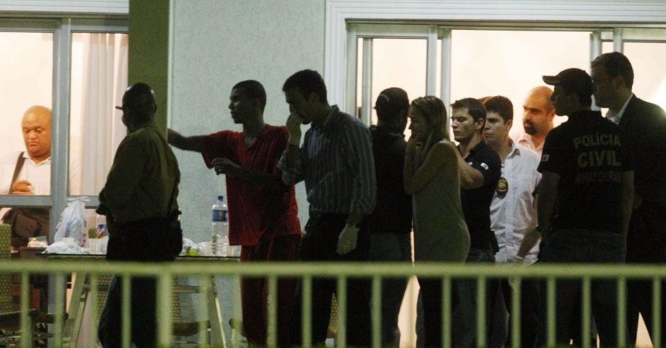 14.jul.2010 - Policiais do Departamento de Investigações (DI) de Homicídios de Minas Gerais voltaram a realizar buscas ao corpo de Eliza Samudio no sítio do goleiro Bruno Souza, em Esmeraldas, região metropolitana de Belo Horizonte