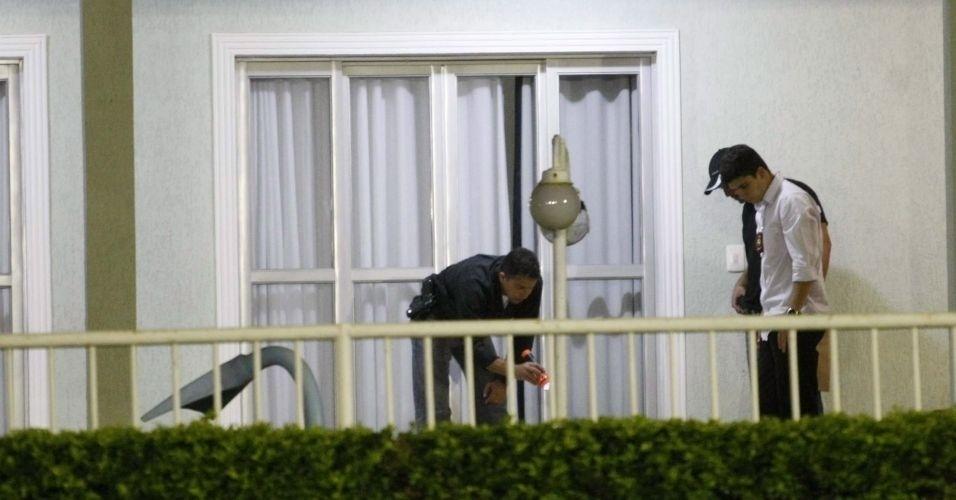 14.jul.2010 - Policiais do Departamento de Investigações (DI) de Homicídios de Minas Gerais voltaram a realizar buscas ao corpo de Eliza Samudio no sítio do goleiro Bruno Souza, em Esmeraldas, região metropolitana de Belo Horizonte.