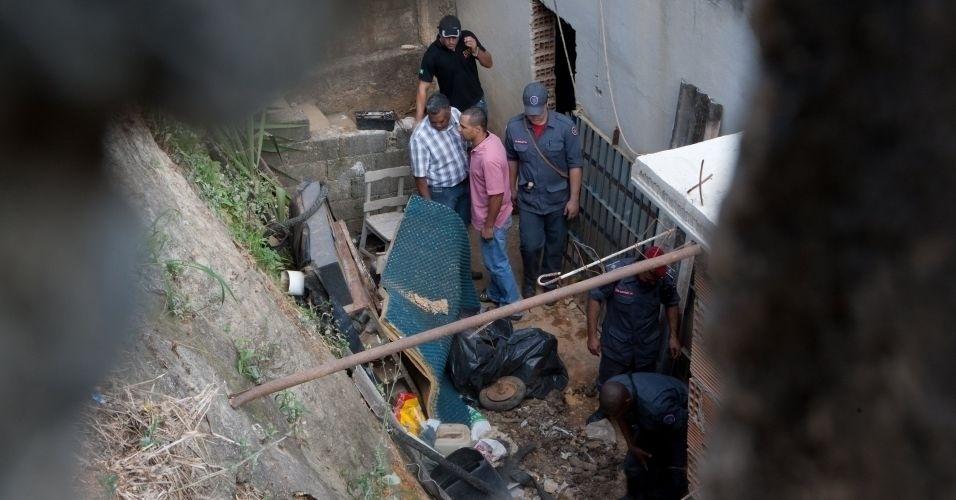 14.jul.2010 - Policiais fazem buscas na casa do ex-policial Marcos Aparecido dos Santos, o Bola ou Paulista, suspeito de ter matado Eliza Samudio
