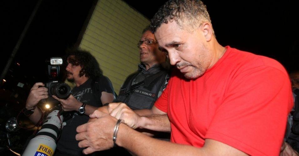 15.jul.2010 - Após cerca de cinco horas de depoimento, Marcos Aparecido dos Santos, o Bola, deixou às 20h desta quinta-feira (15) o Departamento de Investigações de Belo Horizonte, onde prestrou novo depoimento à polícia mineira sobre o desaparecimento de Eliza Samudio, ex-namorada do goleiro Bruno