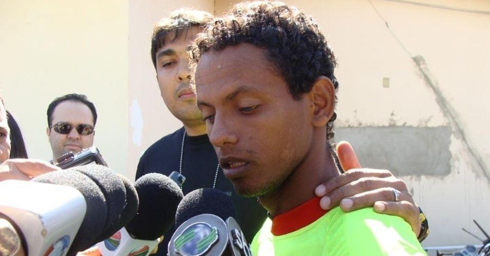 16.jul.2010 - Ao ser preso por tentativa de estupro e cárcere privado, o gari Rodrigo Fernandes das Dores de Souza, 23, usou a mesma frase do irmão, o goleiro Bruno, que está com contrato suspenso com o Flamengo: