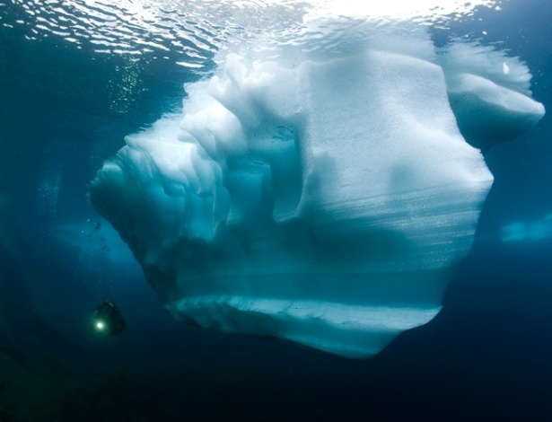 27.jun.2012 - Mergulhador explora entorno de iceberg em Ticino, na Su&#237;&#231;a