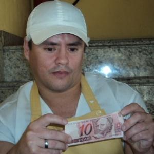 """Fora do bolão, o copeiro Osório ficou """"famoso"""", mas lamenta: """"São os outros que estão com dinheiro e em casa, eu estou aqui, duro?."""