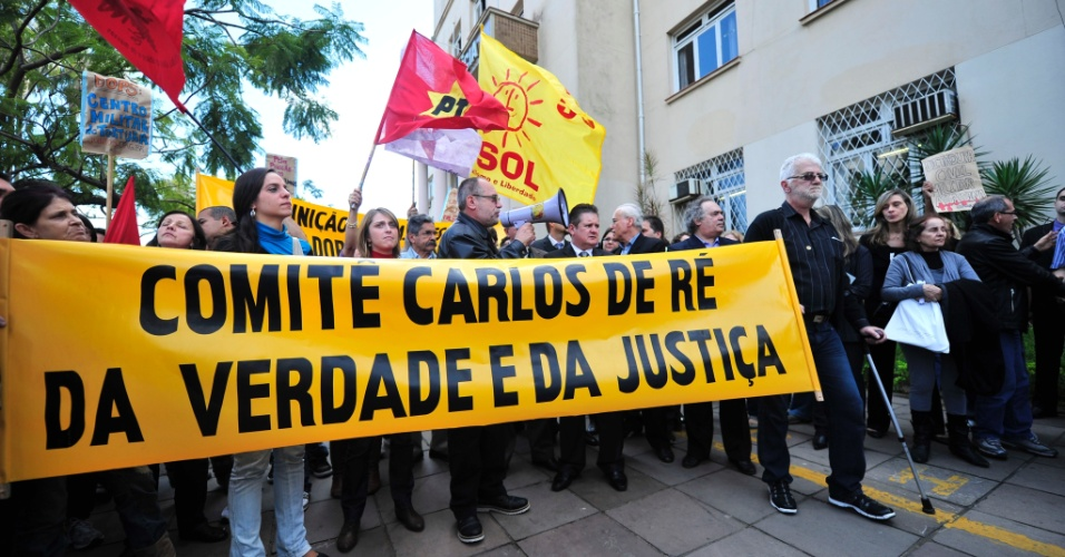 27.jun.2012- Comit&#234; Pela Verdade e Justi&#231;a Carlos de R&#233; realizou  ato  em Porto Alegre (RS)
