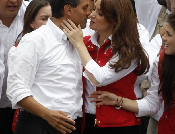 27.jun.2012- Enrique Pe&#241;a Nieto beija sua mulher,Angelica Rivera