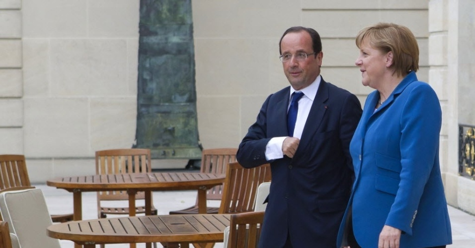 27.jun.2012-Fan&#231;ois Hollande conversa com  Angela Merkel, no Pal&#225;cio Presidencial em Paris