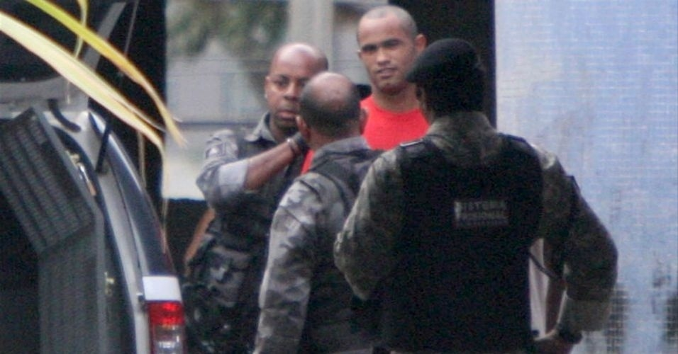 29.jun.2010 - O goleiro Bruno raspou o cabelo na penitenci&#225;ria Nelson Hungria, em Contagem, Minas Gerais, onde est&#225; preso desde o in&#237;cio do m&#234;s por suspeita de envolvimento no desaparecimento da ex-amante, Eliza Samudio