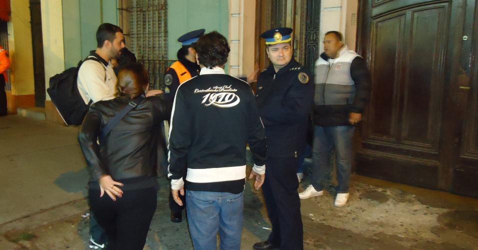 Casal acusa corintiano de venda de ingressos falsos por US$ 500 e chama a polícia argentina, que não entende a discussão