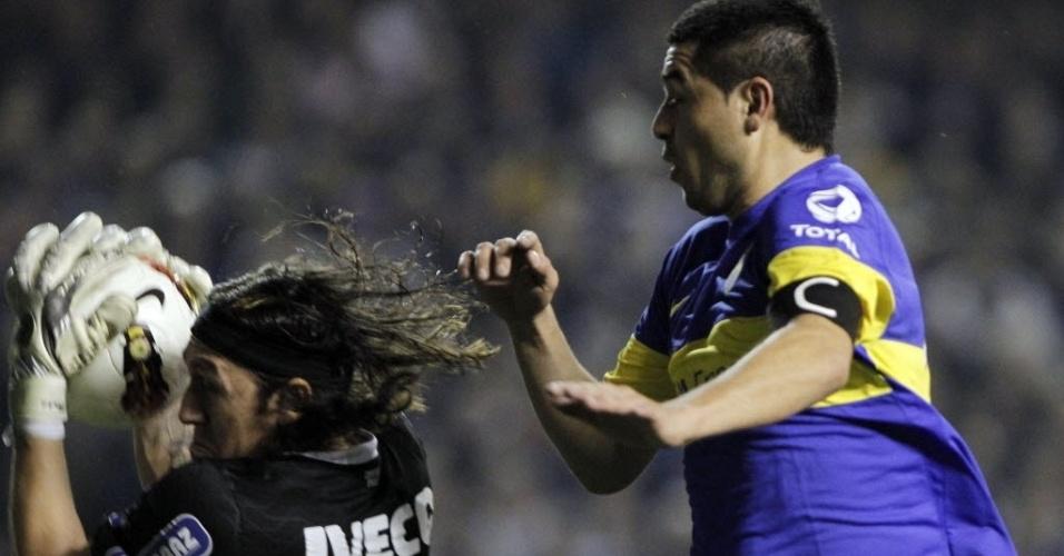 Cássio fica com a bola e frustra Riquelme, que tentava a finalização