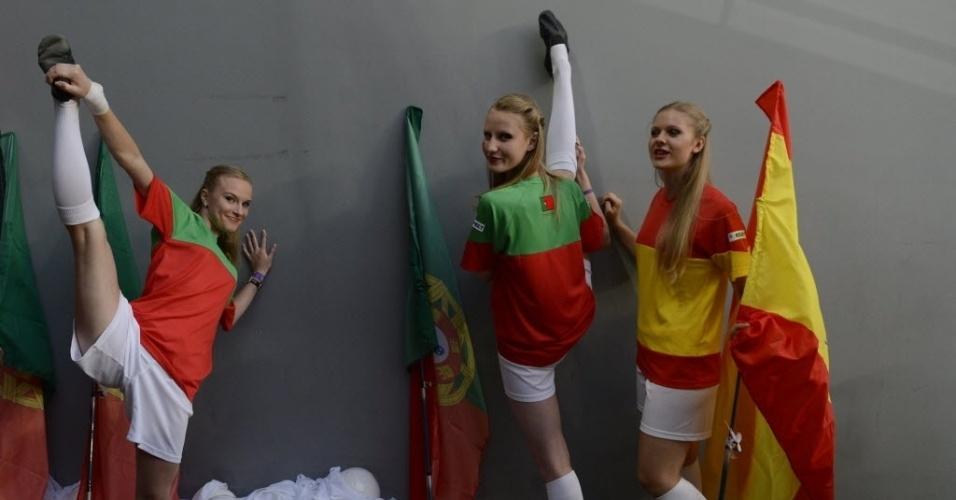 Cheerleaders da semifinal da Eurocopa 2012 alongam antes de entrar em campo para a partida entre Portugal e Espanha