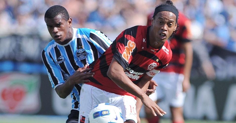 Fernando marca Ronaldinho Gaúcho em jogo entre Grêmio e Flamengo de 2011