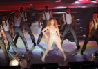Jennifer Lopez arrisca passos de samba no Rio