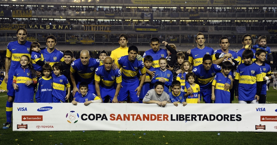 Jogadores do Boca Juniors posam antes do in&#237;cio do jogo contra o Corinthians na decis&#227;o da Libertadores