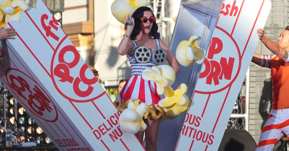 Katy Perry se apresenta durante a pr&#233;-estreia do filme ?Katy Perry: Part of Me? em Hollywood, na Calif&#243;rnia (EUA)