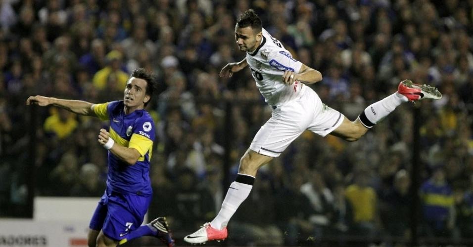 Leandro Castán leva a melhor na disputa pela bola com Mouche, do Boca Juniors