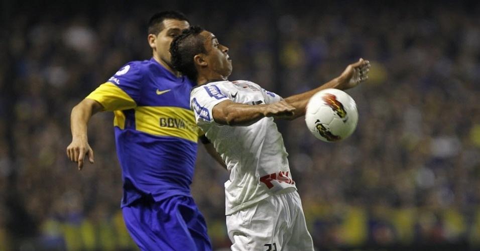 Mesmo marcado, Jorge Henrique domina a bola em jogada da partida entre Boca Juniors e Corinthians