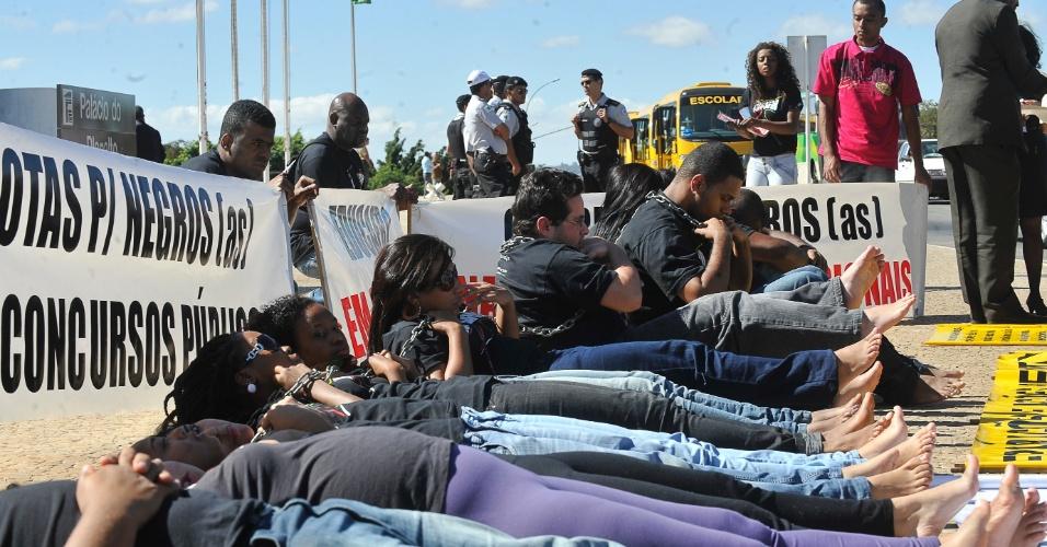 Militantes da Educafro (Educação para Afrodescendentes e Carentes) fazem greve de fome e protestam acorrentados em frente ao Palácio do Planalto nesta quarta-feira (27). Eles reivindicam maior atenção do governo para políticas públicas voltadas aos negros, como programas de ingresso em mestrados e doutorados