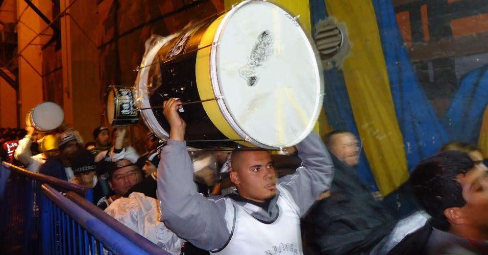 Organizada corintiana chega ao est&#225;dio do Boca carregando bateria e bandeir&#227;o 