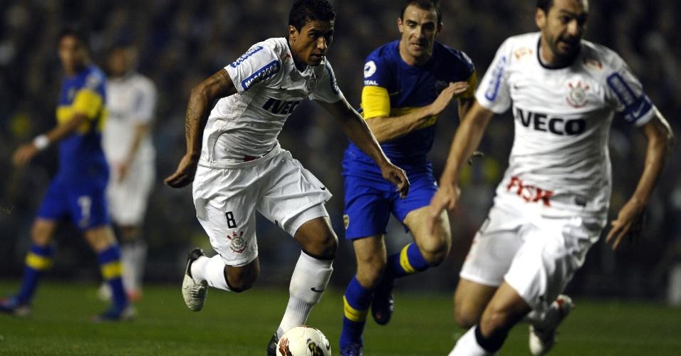 Paulinho tenta levar o Corinthians ao ataque contra o Boca Juniors