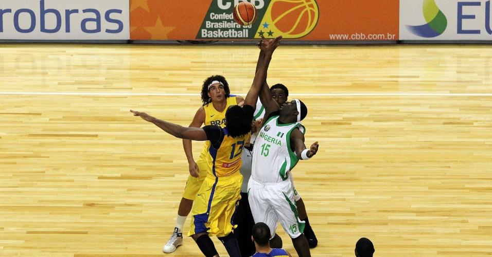 Pivô brasileiro Nenê disputa o tapinha inicial com o nigeriano Oyedeji