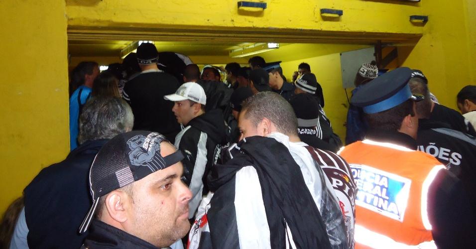 Policiais argentinos têm dificuldade para controlar o acesso dos corintianos às catracas, porque muitos tentam entrar sem ingresso